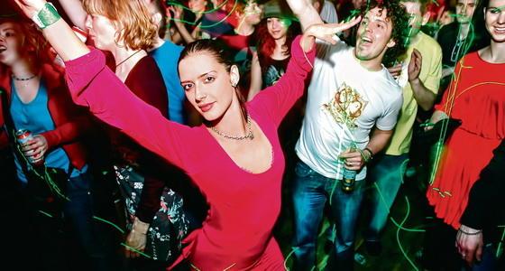 夜店『群舞』基础教学 第一次和小伙伴去夜店 怎样表现的很合群?